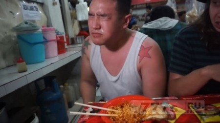 Британский парень чуть не оглох после еды самой острой лапшы в мире