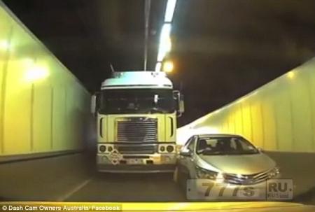 Видео как грузовик ударяет легковой автомобиль и не дает ему зайти в свою полосу.