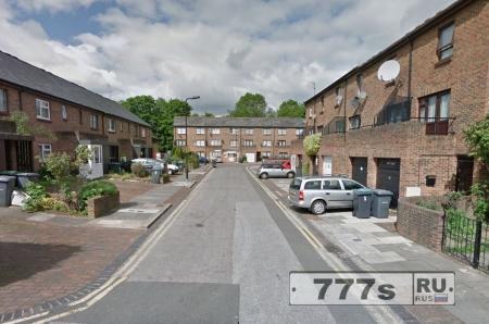 100-летнюю женщину ограбили возле ее дома