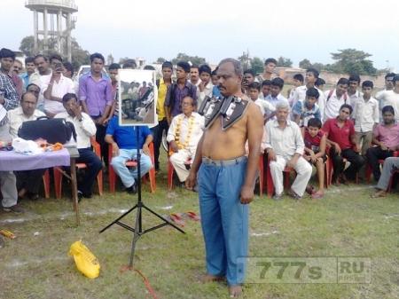 Индиец, который утверждает, что он магнитный и  может удержать 10кг железа на его теле