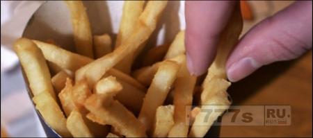 Женщину арестовали за то, что она взяла три чипса кортофеля фри у полицейского