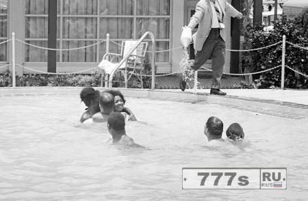 История фото: мужчина льет кислоту в бассейн