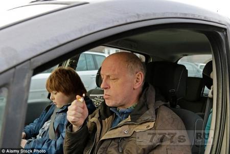 Водитель, курящий в машине с ребенком будет обязательно доставлен в суд для судебного преследования и штрафа