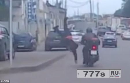Пешеход кувырком летит в воздух столкнувшись с мотоциклистом