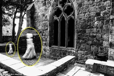 Призрачная фигура маленькой девочки в старинном платье была сфотографирована пораженным посетителем