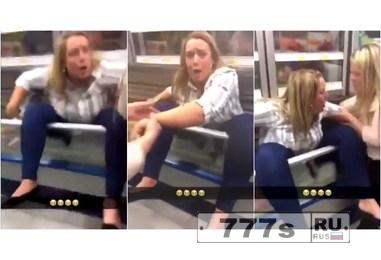 Женщина своей задней частью застряла в холодильном прилавке