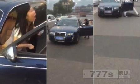 Женщину чуть не сбила ее собственной машина, когда ее остановили полицейские
