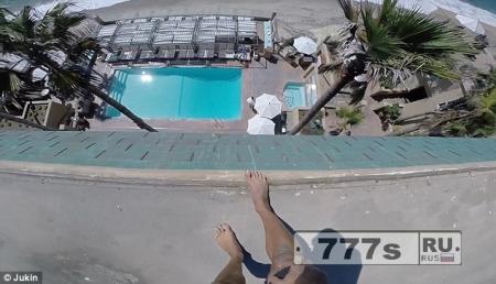 Искатель приключений врывается в отель, взбирается на стену и прыгает с 5 этажа в бассейн