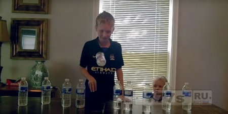 Учителя запрещают воду в бутылках в школе, потому что ученики все время их бросают