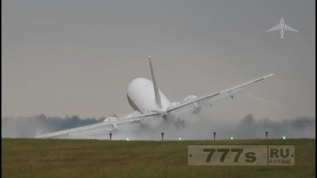 Ужасающий момент пассажирский самолет крыльями цепляет взлетно-посадочную полосу