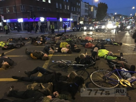 Велосипедисты устроили флэш моб на перекрестке, где пешехода сбила бетономешалка