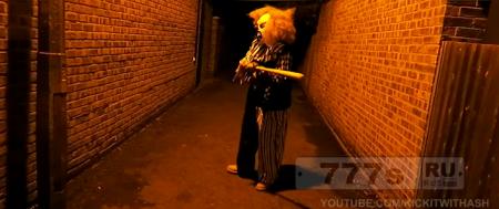 «Клоун убийца», вооруженный бейсбольной битой получает по морде, не та жертва попалась