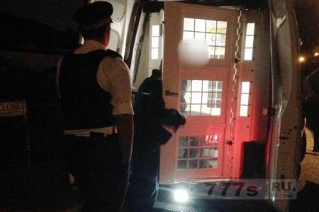 Полиция тормознула молодую женщину на учебном автомобиле для задержания преступника