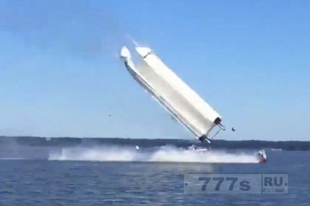 Лодка на всей скорости взлетает в воздух и бьется о воду. Два человека погибло.
