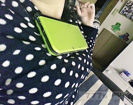 Ну очень горячая новая тенденция в интернете - удерживать телефон на груди