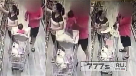 Мужчина пытался взять ребенка из тележки для покупок в супермаркете
