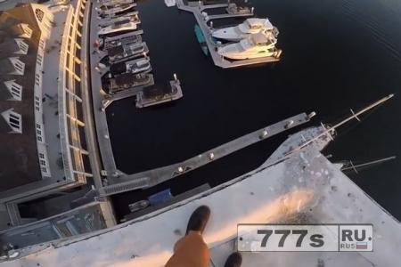 Бесстрашный парень спрыгивает с 8-этажного здания, но чуть не падает на бетон