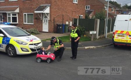 Полицейские попросили ребенка, водителя детской машины подышать в алкотестер.