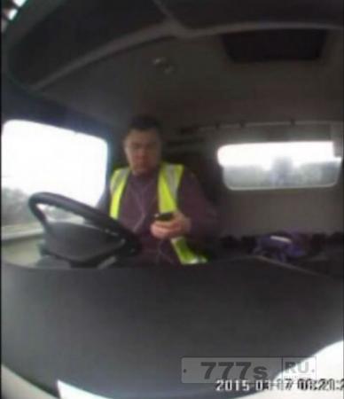 Полиция издала клип, где водитель грузовика, используя свой мобильник, врезался в стоящие машины