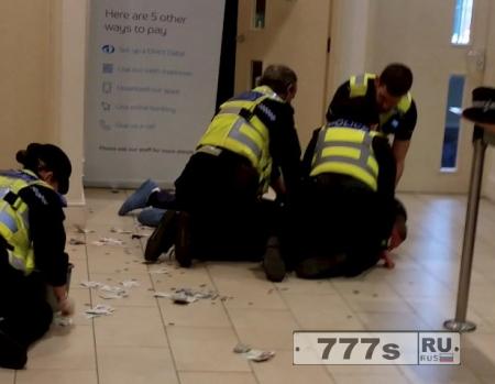 Грабителя банка задерживают, когда он использовал ведро для ограбления