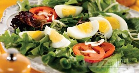Добавление яйца в салат будет способствовать лучшему всасыванию витамина Е