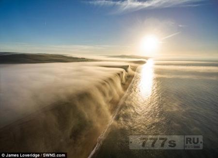 Дрон поймал невероятный момент, когда одеяло густого тумана скатывается со скал Дорсета