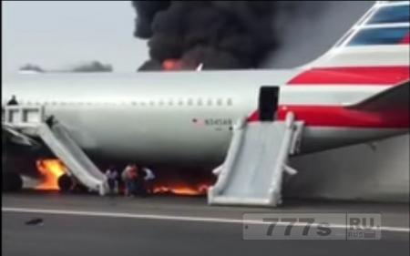 Сильный пожар вспыхнул на самолете, и пассажиры эвакуировались по надувным трапам