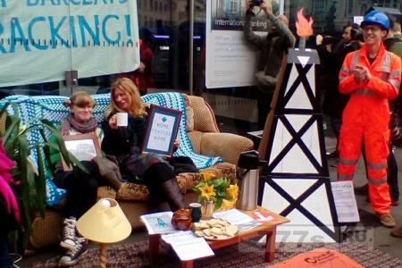 Женщины попивают чаёк на диване – это самый что ни на есть британский протест