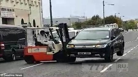 Разъяренные рабочие погрузчиком отодвинули машину закрывшую вход на склад