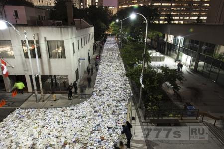 Река из 100000 светящихся книг затопила улицы Торонто