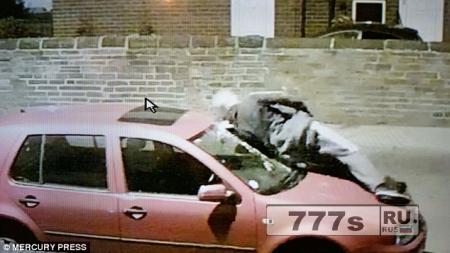 Подросток прыгает на машину и разбивает телом лобовое стекло в новом сумасшествии «разбей телом»