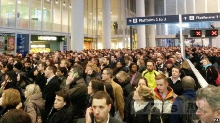 В переполненном поезде началась паника после того, как кто-то зажег фейерверк