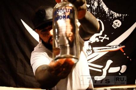 Мужчина выпивает литр водки всего за 8,4 секунд