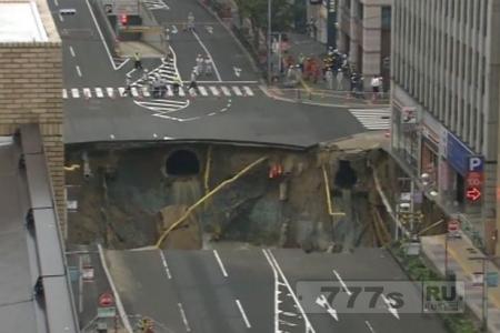 Огромный провал образовался в японском городе, поглотив 4 полосы на перекрестке