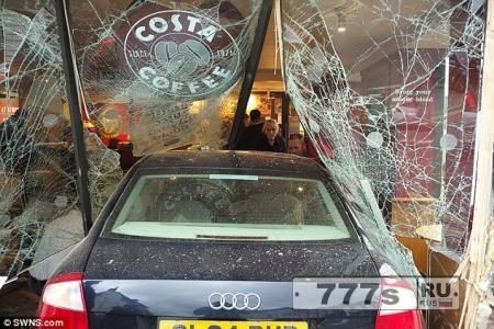 Водитель, 87 лет, въехал в витрину кафе Коста и убил мать двоих детей