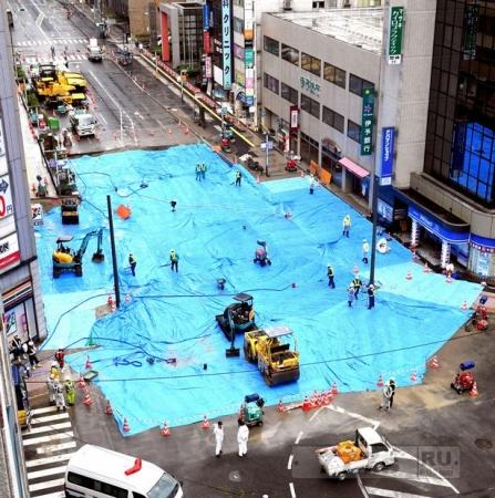 Японские рабочие исправили гигантский провал на улице всего за 48 часов