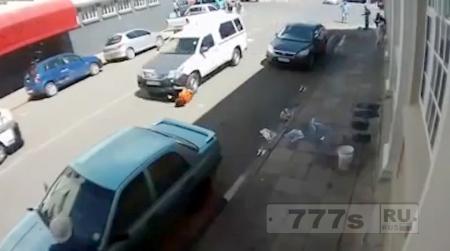 Страшный момент женщина попала под машину и ее проташило под колесами 20-30 метров