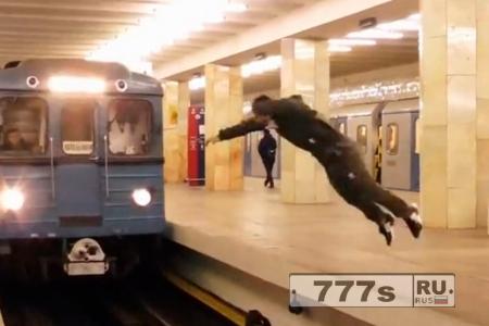 Сумасшедший смельчак выполнил смертельный прыжок с переворотом в метро перед движущимся поездом