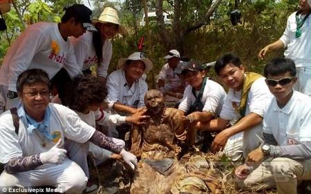 Тайские кладбищенские рабочие нашли частично разложившийся труп, где заклинание сохранило плоть