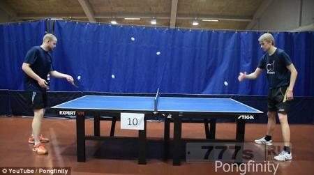 Талантливые игроки в пинг-понг играли шестью шариками