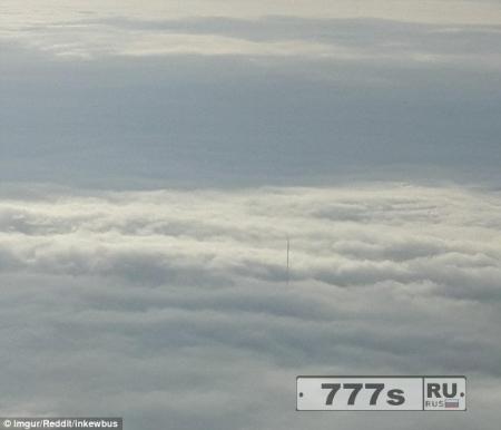 Потрясенный пассажир сделал фотографию из окна самолета таинственного шеста на высоте 1500 метров