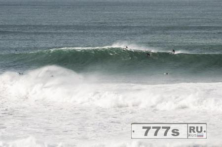 Волна монстр, которую назвали «Хребтовая» обрушилась на британское побережье