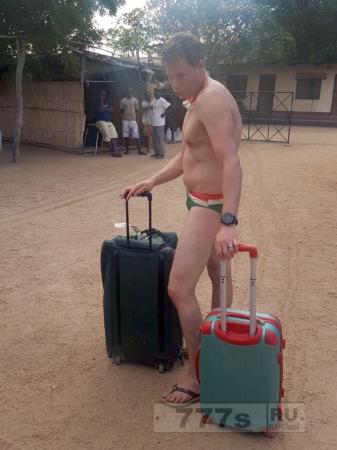 На парне при регистрации в аэропорту не было ничего, кроме плавок