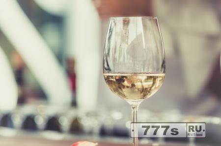 Белое вино может быть связано с раком кожи