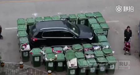 Мусорщик отомстил за то, что машина была припаркована в зоне сбора мусора