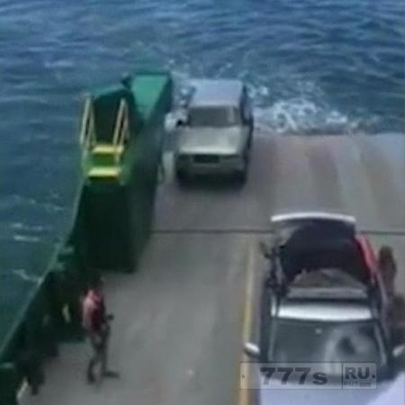 Внедорожник упал за борт