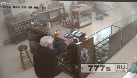 Вооруженный грабитель застрелен при попытке ограбить оружейный магазин.