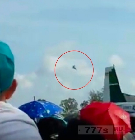 Ужасное зрелище, самолет врезался в землю на авиашоу на «День детей».