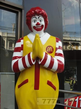Голый мужчина пришел в Тайский Макдональдс.