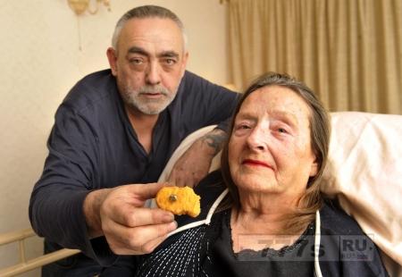 Женщина чуть не подавилась золотым зубом, который она нашла в еде из Макдоналдс.